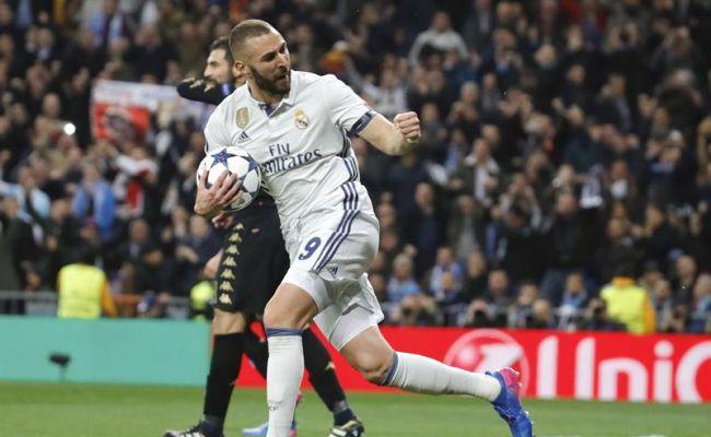 El delantero francés del Real Madrid Karim Benzema celebra su gol, primero para su equipo, durante el partido de ida de los octavos de final de la Liga de Campeones contra el Nápoles que ambos equipos jugaron en el estadio Santiago Bernabéu, en Madrid. Efe.