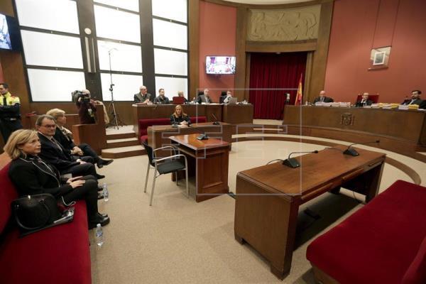 El expresidente catalán Artur Mas (c) junto a las exconselleras Joana Ortega (i) e Irene Rigau (d), en la sala del Tribunal Superior de Justicia de Cataluña donde serán juzgados por los delitos de desobediencia grave y prevaricación al mantener la consulta del 9N pese a que el Tribunal Constitucional la había suspendido cinco días antes. EFE