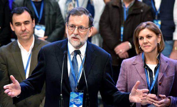 Sábado, 11 de febrero de 2017. Rajoy reelegido presidente del PP. Congreso XVIII del PP. El presidente del Gobierno y del PP, Mariano Rajoy (c), acompañado de la secretaria general, María Dolores de Cospedal (d), y el nuevo coordinador general, Fernando Martínez-Maillo (i), tras ser reelegido como líder del PP con el apoyo del 95,95 por ciento de los votos. Efe.