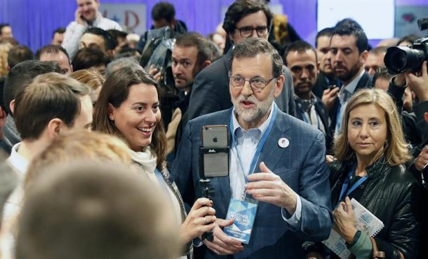 El presidente del Gobierno y líder del PP, Mariano Rajoy (c), se fotografía con una simpatizante a su llegada a la segunda jornada del XVIII Congreso nacional del partido que se celebra en la Caja Mágica, en Madrid. EFE