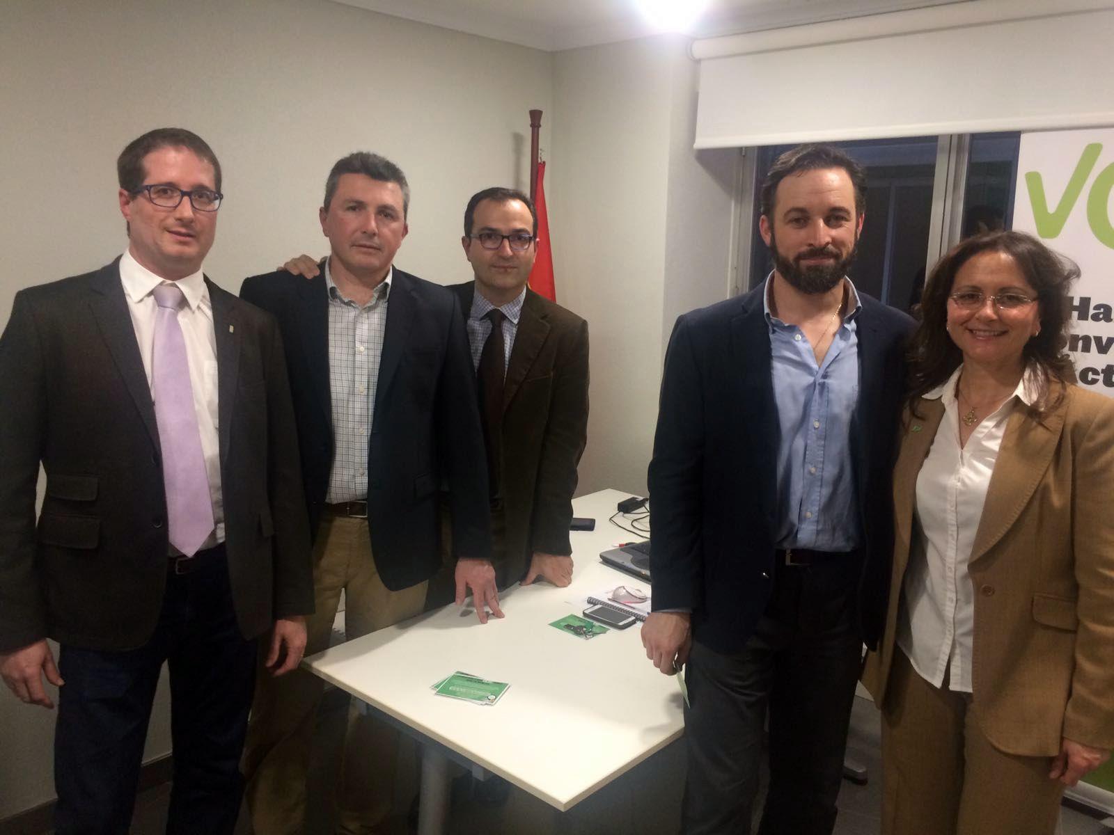 En la imagen, cargos de VOX Alicante y Murcia junto al presiente de VOX, Santiago Abascal Conde (d) junto a los cargos de VOX Murcia hoy, martes 14 de febrero de 2017, durante acto de inauguración de la Sede de VOX en Murcia, en uno de los despacho de la nueva sede de los 'voxes' murcianos. Lasvocesdelpueblo.