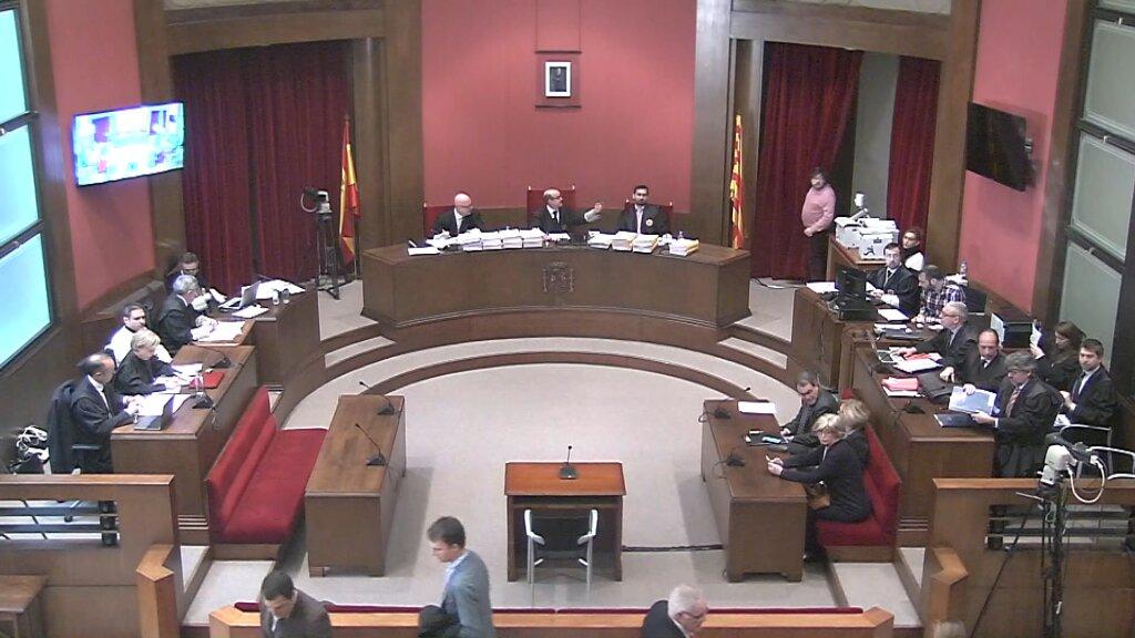 En las imágenes de TV3, la sala del Juicio del golpe del 9N 2014 en Cataluña. Tercera jornada, miércoles 8 de febrero de 2017. Las cosas pintan muy mal para los encausados separatistas: Artur Mas, Joana ortega e Irene Rigau. Lasvocesdelpueblo.