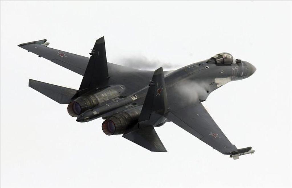 Un caza ruso vuela cerca de la Fragata Española «Juan de Borbón» en el mar Negro