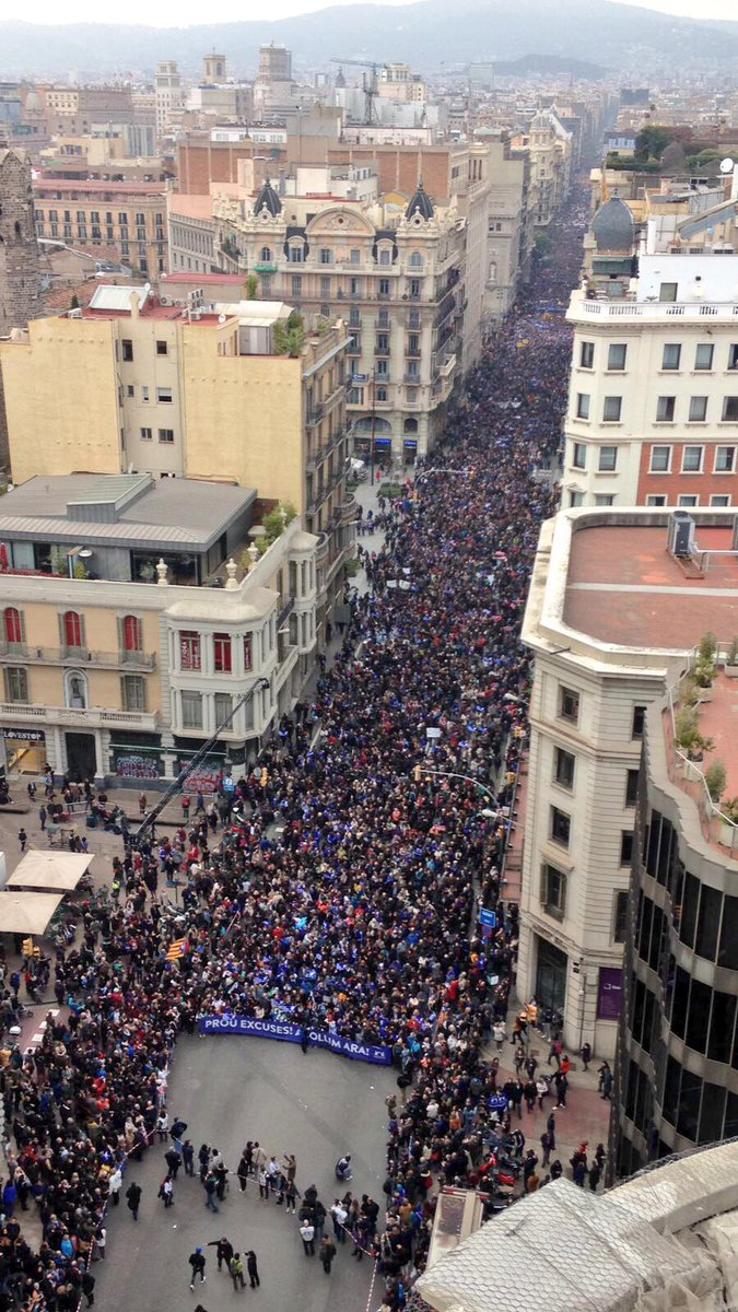 """Vía Layetana de Barcelona, sábado 18 de febrero de 2017. Marcha a favor del islamismo en Cataluña. más 70 mil personas y 1200 entidades proislamistas (refugiados) Presentes, según la organización, en la marcha que ha organizado el colectivo 'Casa Nuestra, Casa Vuestra'. Una Marea Azul, bajo lema """"¡basta escusas, acogemos ahora mismo!(¡Prou escues, acullim ara (en catalán)"""". Lasvocesdelpueblo."""