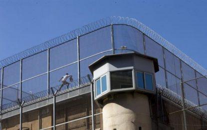 Barcelona: Un preso, padre de una hija y mujer embarazada, se encarama al tejado de la cárcel