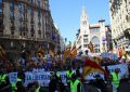 """Los gritos """"¡Paramos el golpe y basta ya!"""" de más de 13 mil catalanes inundan el centro de Barcelona"""