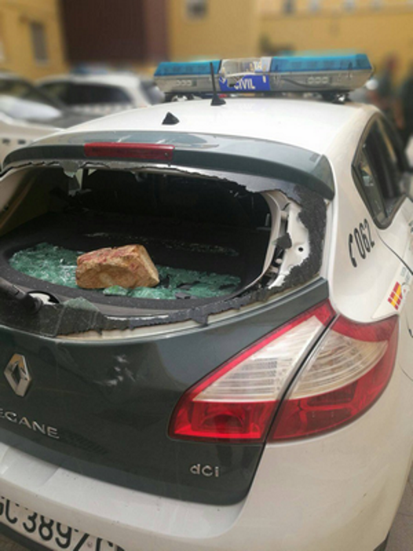 Una muchedumbre ataca con piedras, golpes e injurias a Policías Nacional y Guardia Civil