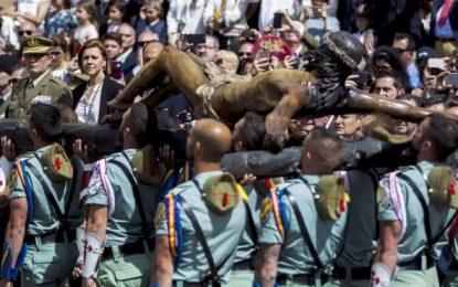 Miles de personas reciben a Legión para traslado del Cristo de Mena en Málaga