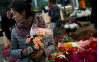 Libros y rosas inundan ya las calles de Cataluña en un San Jorge dominical