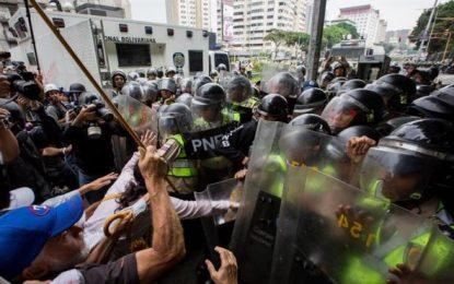 Abuelos venezolanos se toman las calles de Caracas en rechazo y apoyo a Maduro