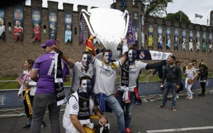 """Un aficionado del Real Madrid en Cardiff, bandera de España a la espalda, """"vamos a ganar"""""""