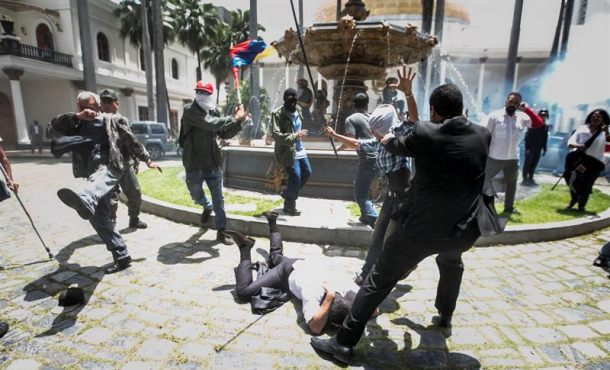 Grupos chavistas irrumpen en el Parlamento venezolano y hieren a diputados de la oposición