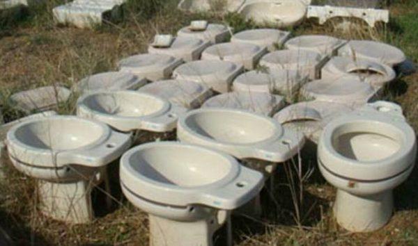 Simulan la llegada de urnas del referéndum de 1-O en recipientes para evacuar el vientre (wáter)