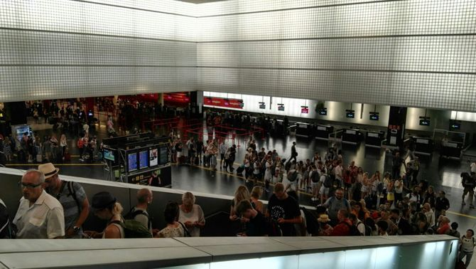 Colas en aeropuerto de El Prat (Barcelona) en el inicio de huelga detrabajadores de Eulen