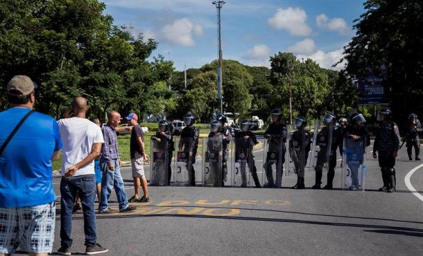 Militares del chavismo impiden la entrada de diputados opositores al Parlamento de Venezuela