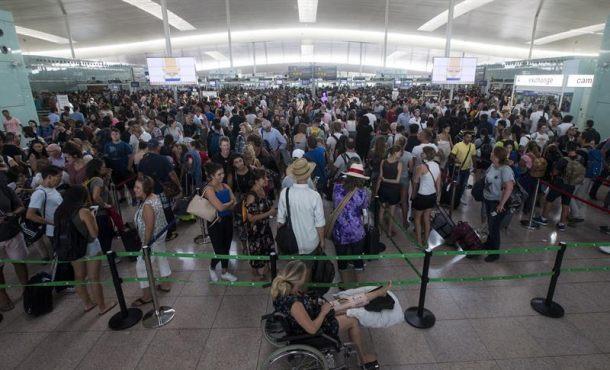 Largas colas en aeropuerto de El Prat (Barcelona) en el tercer día de huelga parcial