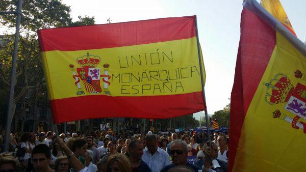 Banderas de España en «No Tengo Miedo» con aplausos de Monárquicos de España al Rey