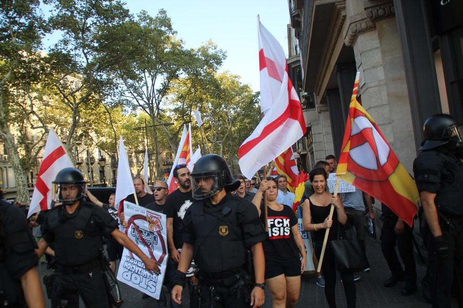 """DN marcha contra atentados islamistas en Cataluña resistiendo al """"circo"""" separatista y CUP"""