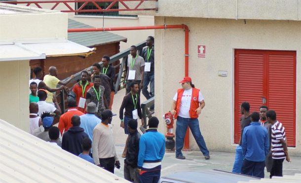 Más de 200 inmigrantes despistan a la Policía y logran entrar por carreteraa Ceuta (España)