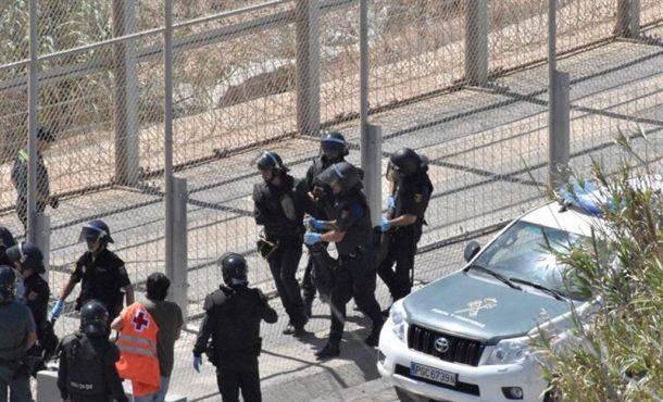 """Guardias Civiles y agentes marroquíes heridos ante """"ataques violentos"""" del millar inmigrantes"""