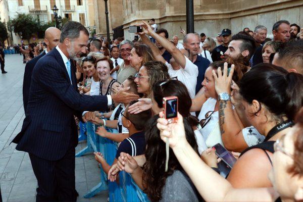 Los reyes reciben el saludo de medio millar de personas ante el Palacio de La Almudaina