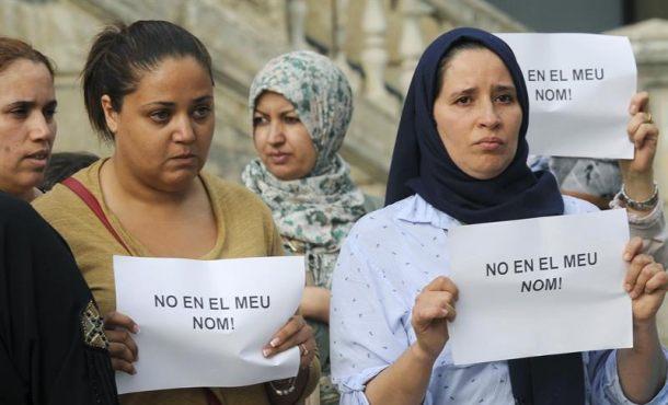 """Mujeres islamistas dicen en catalán: """"No en mi nombre"""", la masacre islamista en Cataluña"""