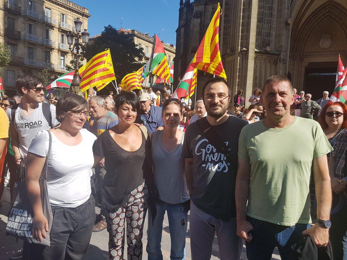 San-Sebasti%C3%A1n-Espa%C3%B1a-12.08.2017.-El-ex-l%C3%ADder-de-ETA-y-coordinado-general-de-EH-Bildu-Arnaldo-Otegi-d-junto-a-a-diputados-de-CUP-en-el-Parlamento-catal%C3%A1n.-Lasvocesdelpueblo.jpg