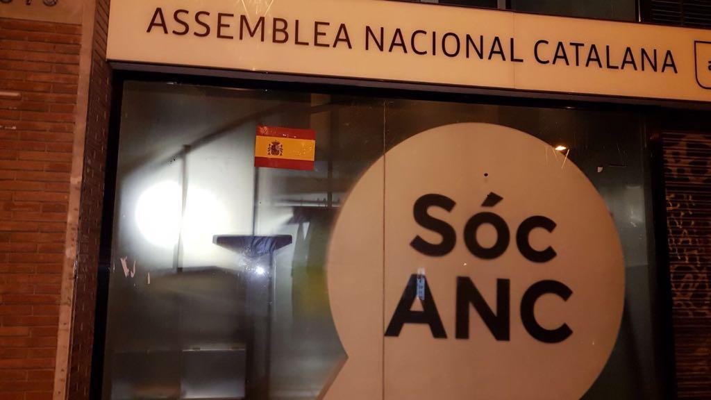 Españolizan las sedes de ERC, Convergencia, ANC y TV3 con banderas de España