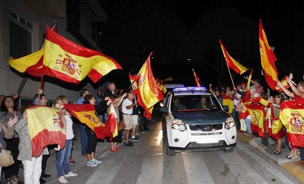 """Algeciras despide con """"España no se rompe, viva la Guardia Civil"""" a heroes que viajan a Cataluña"""