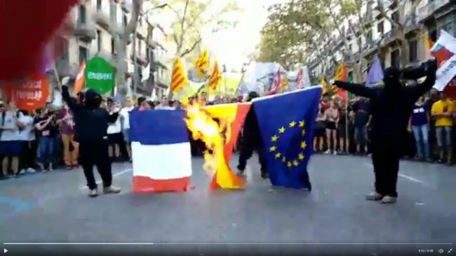 CUP y escuadras queman banderas de España durante la marcha separatista del 11-S en Barcelona