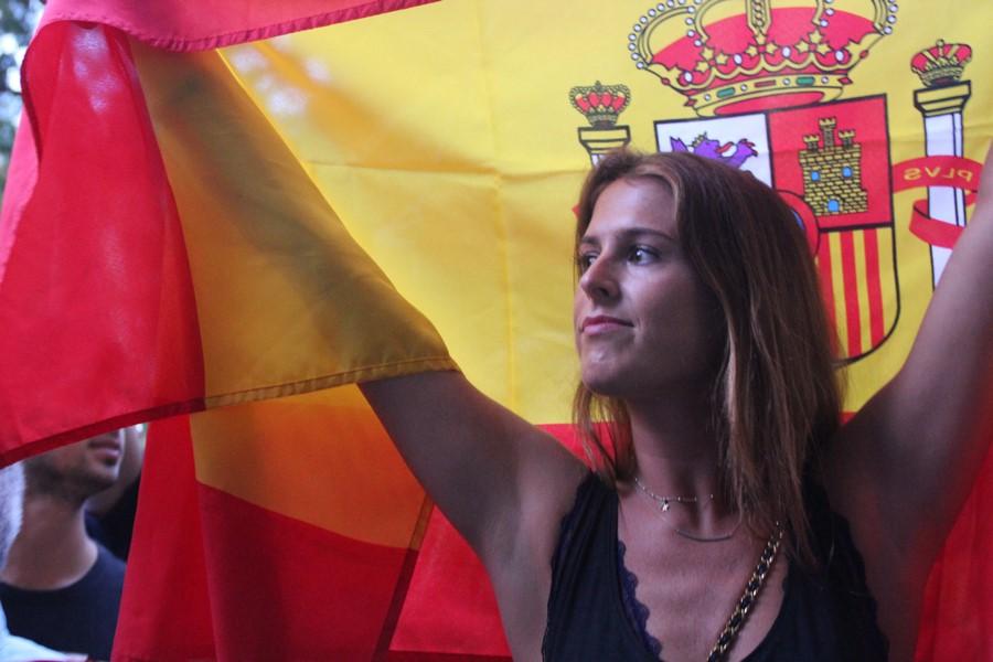 Miles de catalanes bailan contra el 1-O de la sede de ANC al cuartel de Guardia Civil en Barcelona