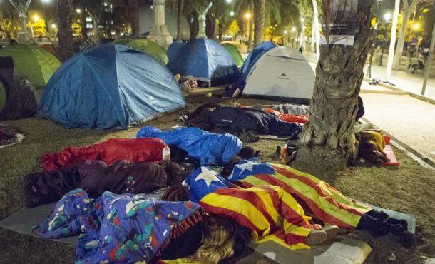 «Catalanes, el 1-O ha muerto»; 200 'separatas' han pasado la noche acampadas este jueves 21-S