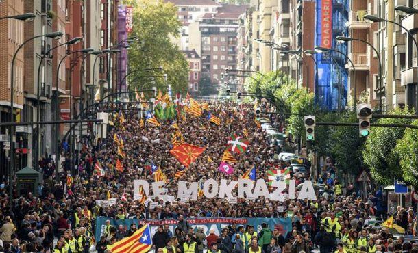 """Proetarras, separatistas catalanes y vascos marchan en Bilbao bajo """"Votar para decidir"""" el 1-O"""