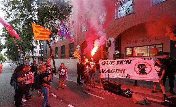 """20 extremistas separatistas hacen las maletas de la Guardia Civil para """"echarlos de Cataluña"""""""