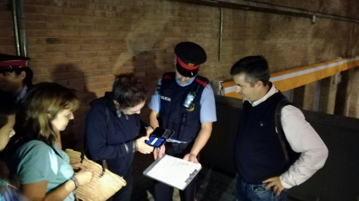 Los Mozos identifican a los separatistas encerrados en colegios electorales del 1-O
