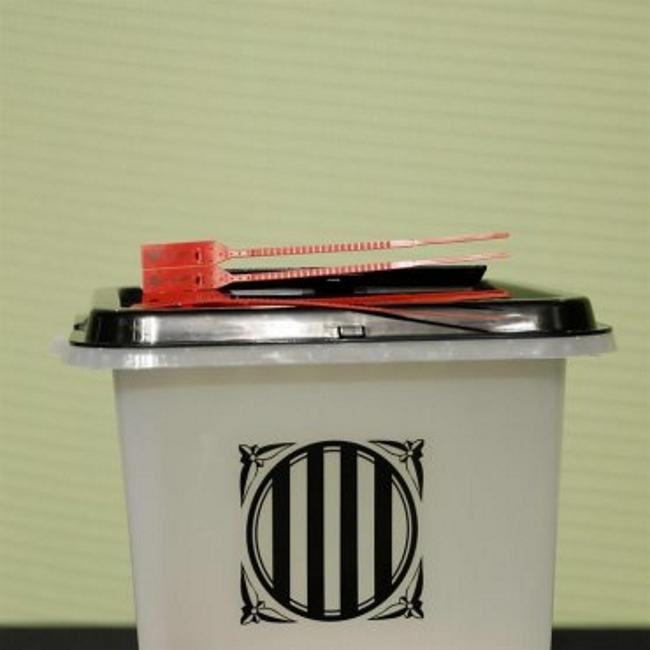 La Generalidad exhibe una urna oficial que instalará en 2.315 colegios del referéndum de 1-O