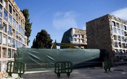 El derrumbe de 140 nichos del cementerio de Montjuïc deja restos óseos al descubierto y mezclados