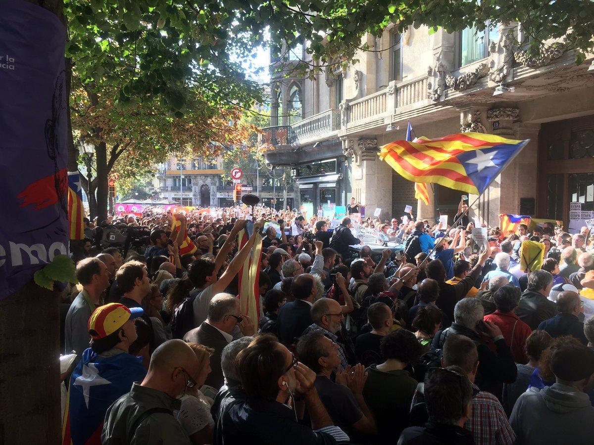 Los 'separatas' obligan a cortar las calles en Barcelona, pinchan ruedas y suban a los coches