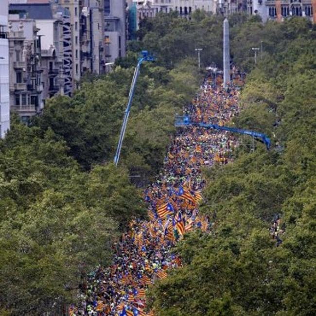 """Miles de separatistas marchan en el centro de Barcelona agritos de """"¡votaremos! e ¡independencia!"""""""