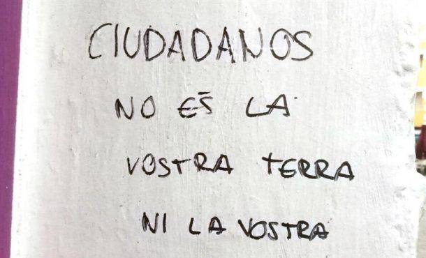 """Pintada contra Cataluña: """"Ciudadanos Cs, no es vuestra tierra ni vuestra lucha; Albert, cocas"""""""