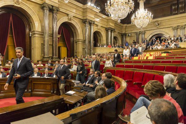 (Ampliación) El Pleno catalán aprueba la «Ley del referéndum» (1-O) con media cámara vacía