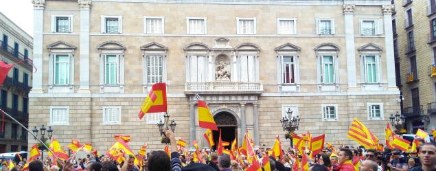 Apoyo masivo a Policías y Guardias Civiles ante comisaria y Generalidad de Cataluña
