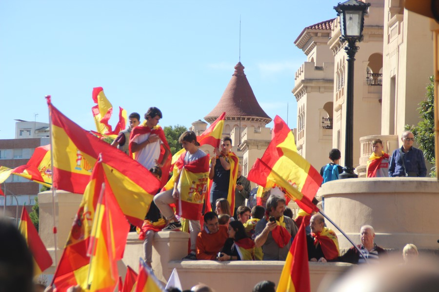 """Más de 3 mil catalanes claman """"no estáis solos"""" a Policías y Guardias Civiles alojados en El Bruc"""