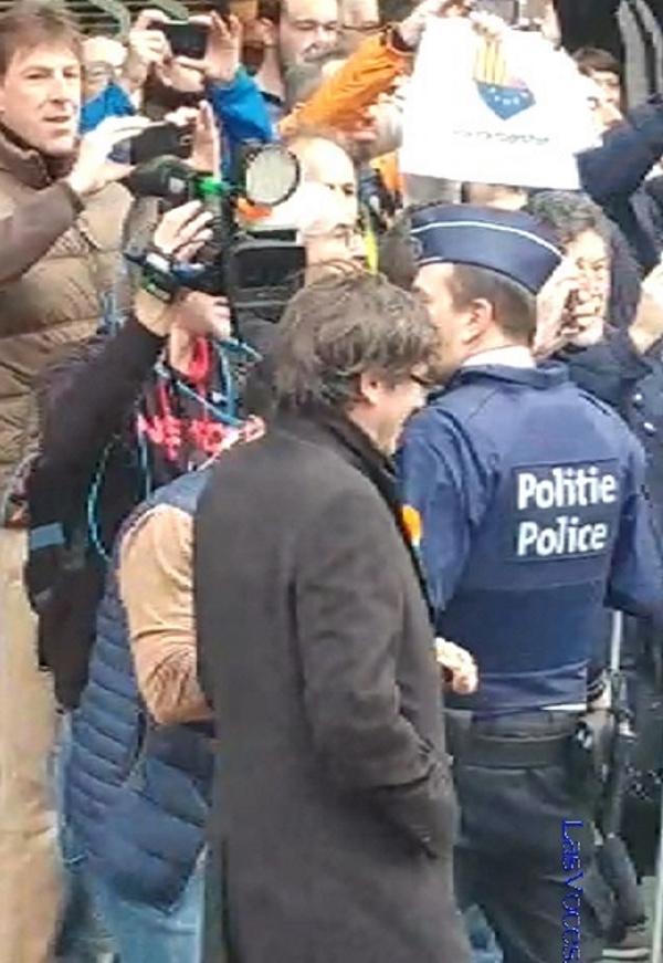 Los 'vivas España' de mujeres europeas libres persiguen al fugitivo Puigdemont en Bruselas