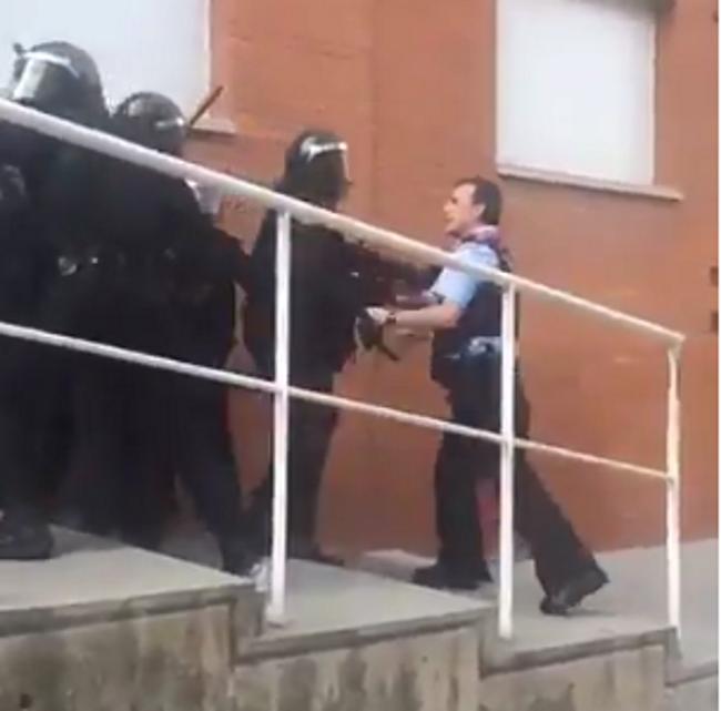 """""""impresionante"""", traidores Mozos separatistas se encaran con la Guardia Civil en defensa del 1-O"""