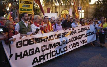 """Más de un millar de catalanes exigen """"Puigdemont, a prisión"""" y """"Artículo 155 en Cataluña"""""""