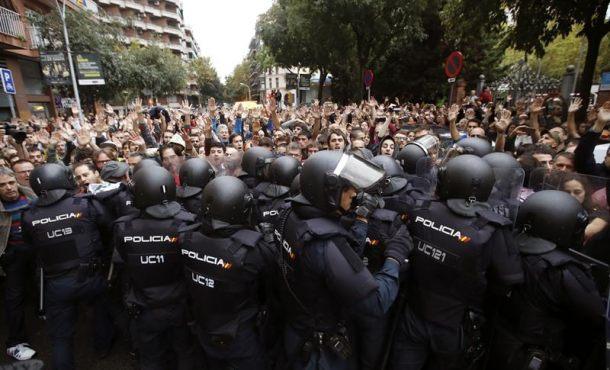 1-O, la vuelta de la Policía Nacional en Cataluña ante unos Mozos traidores separatistas