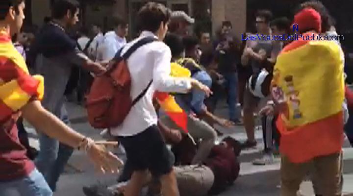 Enfrentamiento callejera entre catalanes pacíficos y atacantes separatistas en Barcelona