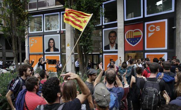 El pensamiento único separatista se concentra ante sedes de Cs, PP y  Policía Nacional en Barcelona