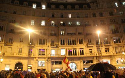 """El orgullo español de 3 mil catalanes vence a la lluvia, """"mójate por España"""" y contra separatismo"""